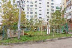 Nizhny Novgorod russia - Oktober 13 2016 Children& x27; s-lekplatsen fäktas med ett staket med en låst port Arkivfoton