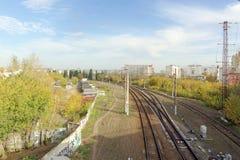 Nizhny Novgorod russia - Oktober 10 2017 Sikt från den Kanavinsky viadukten på järnvägsspåren Royaltyfri Bild