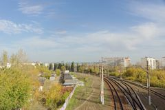 Nizhny Novgorod russia - Oktober 10 2017 Sikt från den Kanavinsky viadukten på järnvägsspåren Arkivbild