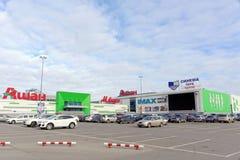 Nizhny Novgorod, Russia - 11 ottobre 2016 Il negozio Auchan ed il cinema del cinema parcheggiano nel cielo del centro commerciale Immagine Stock