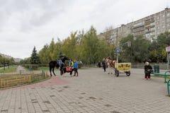nizhny novgorod Russia - Październik 06 2017 Rozrywka dla dzieci sposobność jechać na koniku lub rysującym carr Fotografia Stock