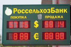 nizhny novgorod Russia - Październik 05 2017 Tablicy wyników wymiana bank Rosselkhozbank nizhny novgorod Zdjęcia Stock