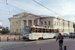 Nizhny Novgorod russia - September 12 2017 Drev för spårvagnnummer två från stoppet på den Bolshaya Pokrovskaya gatan Royaltyfri Fotografi