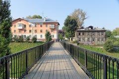 Nizhny Novgorod russia - September 13 2017 En fot- bro mellan den Zalomova gatan och Grebeshkovsky Otkos Royaltyfri Bild