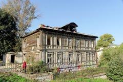 Nizhny Novgorod russia - September 13 2017 Gammal bostads- byggnad på Grebeshkovsky brant sluttning 11 Arkivbilder