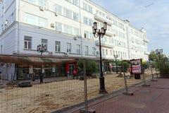 Nizhny Novgorod russia - September 12 2017 På den huvudsakliga fot- gatan av Nizhny Novgorod reparerar trottoaren Royaltyfri Bild