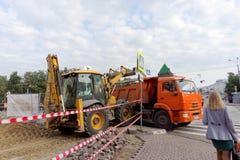 Nizhny Novgorod russia - September 12 2017 På Minin reparerar fyrkanten i Nizhny Novgorod trottoaren Royaltyfria Bilder