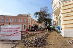 Nizhny Novgorod russia - September 12 2017 På Minin reparerar fyrkanten i Nizhny Novgorod trottoaren Arkivbild