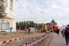 Nizhny Novgorod russia - September 12 2017 På Minin reparerar fyrkanten i Nizhny Novgorod trottoaren Arkivbilder