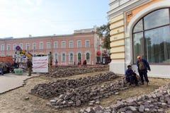 Nizhny Novgorod russia - September 12 2017 På Minin reparerar fyrkanten i Nizhny Novgorod trottoaren Arkivfoton