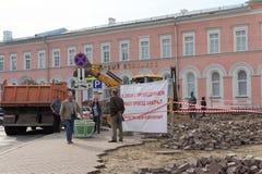 Nizhny Novgorod russia - September 12 2017 På Minin reparerar fyrkanten i Nizhny Novgorod trottoaren Royaltyfri Foto