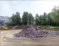 Nizhny Novgorod, Russia. - September 26.2017. A pile of removed brown paving slabs near the monument to Kuzma Minin in the area of. Minin and Pozharsky Stock Photos