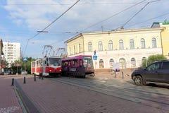 Nizhny Novgorod russia - September 12 2017 Rutt 21 för två spårväg mötte på den Bolshaya Pokrovskaya gatan Fotografering för Bildbyråer