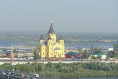 Nizhny Novgorod russia - September 13 2017 Sikt från den höga banken av Okaen till bron över Okaen, Alexander Nevsk Royaltyfria Foton