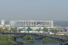 Nizhny Novgorod russia - September 13 2017 Sikt från den höga banken av Okaen till bron över Okaen och konstruktionen Royaltyfri Bild