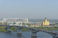 Nizhny Novgorod russia - September 13 2017 Sikt från den höga banken av Okaen till bron över Okaen och konstruktionen Royaltyfri Foto