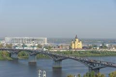 Nizhny Novgorod russia - September 13 2017 Sikt från den höga banken av Okaen till bron över Okaen och konstruktionen Fotografering för Bildbyråer