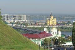 Nizhny Novgorod russia - September 13 2017 Sikt från den höga banken av Okaen till Nizhny Novgorod det teologiska seminariet, Royaltyfria Bilder