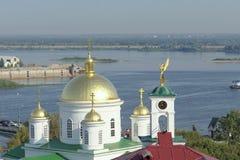 Nizhny Novgorod russia - September 13 2017 Sikt från den höga banken av Okaen till Nizhny Novgorod det teologiska seminariet, Royaltyfria Foton