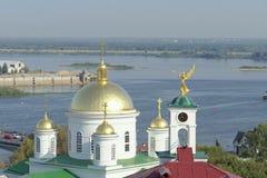 Nizhny Novgorod russia - September 13 2017 Sikt från den höga banken av Okaen till Nizhny Novgorod det teologiska seminariet och  Royaltyfri Bild