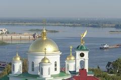 Nizhny Novgorod russia - September 13 2017 Sikt från den höga banken av Okaen till Nizhny Novgorod det teologiska seminariet och  Arkivfoto