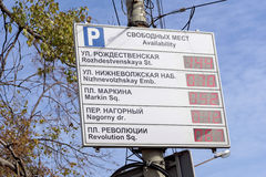 Nizhny Novgorod, Russia - 30 settembre 2016 Bordo di informazioni circa la disponibilità dei posti-macchina nel centro Fotografia Stock