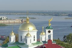 Nizhny Novgorod, Russia - 13 settembre 2017 Vista dall'alta banca del Oka al seminario teologico di Nižnij Novgorod ed alla r Immagine Stock Libera da Diritti