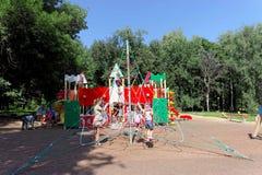 nizhny novgorod Russia - Sierpień 01 2016 Dziecka boiska gemowy kompleks w Kulibina parku - sportów wyposażenie Zdjęcie Royalty Free