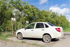 nizhny novgorod Russia - Wrzesień 06 2016 Biały samochód osobowy z niepełnosprawnym kierowcy znakiem na tylni okno parkuje w a Obraz Stock