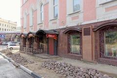 nizhny novgorod Russia - Wrzesień 26 2017 Naprawa bruk zakrywa dom na kwadracie Minin 2 i Pozharsky Zdjęcie Royalty Free