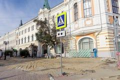 nizhny novgorod Russia - Wrzesień 26 2017 Naprawa bruk zakrywa dom na ulicznym Bolshaya Pokrovskaya Zdjęcie Royalty Free