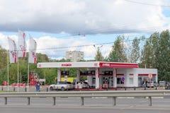 nizhny novgorod Russia - Wrzesień 06 2016 Samochód refueling LUKOIL Fotografia Stock