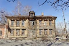 Nizhny Novgorod, Russie - 10 avril 2017 La vieille maison en bois sur Malaya Yamskaya Image stock