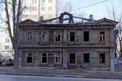 Nizhny Novgorod, Russie - 10 avril 2017 La vieille maison en bois sur Malaya Yamskaya Photographie stock libre de droits
