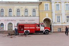 Nizhny Novgorod, Russie - 15 juin 2016 Beaucoup de voitures du ministère des situations d'urgence sont arrivées à l'appel Images libres de droits