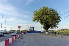 Nizhny Novgorod, Russie - 14 juin 2016 Vue de place de Lénine et de barrières provisoires sur la chaussée et construction de Photos stock