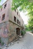 Nizhny Novgorod, Russie - 24 mai 2018 Démolition d'une maison à deux étages en pierre résidentielle abandonnée sur la rue 2A de S Image libre de droits
