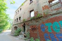Nizhny Novgorod, Russie - 24 mai 2018 Démolition d'une maison à deux étages en pierre résidentielle abandonnée sur la rue 2A de S Image stock