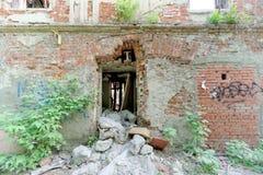 Nizhny Novgorod, Russie - 24 mai 2018 Démolition d'une maison à deux étages en pierre résidentielle abandonnée sur la rue 2A de S Photographie stock libre de droits