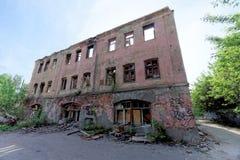 Nizhny Novgorod, Russie - 24 mai 2018 Démolition d'une maison à deux étages en pierre résidentielle abandonnée sur la rue 2A de S Photo stock