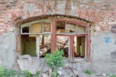 Nizhny Novgorod, Russie - 24 mai 2018 Démolition d'une maison à deux étages en pierre résidentielle abandonnée sur la rue 2A de S Images libres de droits
