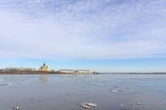 Nizhny Novgorod, Russie - 24 mars 2017 Étendue aqueuse du ` s d'Oka Dans la distance on peut voir la cathédrale d'Alexandre photo stock