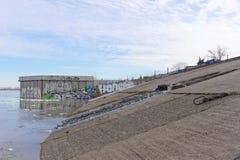 Nizhny Novgorod, Russie - 24 mars 2017 Garni des dalles en béton de la berge d'Oka Le début du chantier de construction Images stock