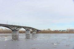 Nizhny Novgorod, Russie - 24 mars 2017 Pont de Canavinsky au-dessus de la rivière Oka Photo libre de droits