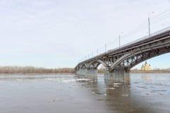 Nizhny Novgorod, Russie - 24 mars 2017 Pont de Canavinsky au-dessus de la rivière Oka Photo stock