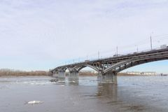 Nizhny Novgorod, Russie - 24 mars 2017 Pont de Canavinsky au-dessus de la rivière Oka Images stock