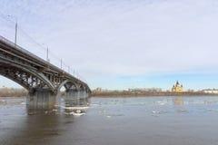 Nizhny Novgorod, Russie - 24 mars 2017 Pont de Canavinsky au-dessus de la rivière Oka Image stock