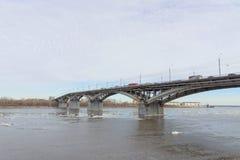 Nizhny Novgorod, Russie - 24 mars 2017 Pont de Canavinsky au-dessus de la rivière Oka Photographie stock libre de droits