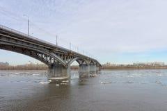 Nizhny Novgorod, Russie - 24 mars 2017 Pont de Canavinsky au-dessus de la rivière Oka Image libre de droits