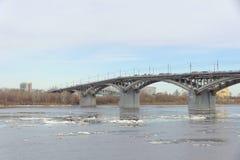 Nizhny Novgorod, Russie - 24 mars 2017 Pont de Canavinsky au-dessus de la rivière Oka Photos libres de droits